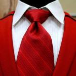 Neben dem Knoten und der Krawatte spielt auch die Krawattenfarbe eine wichtige Rolle.
