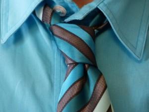Wie man den fertigen Krawattenknoten ausrichtet.