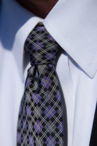 Das Hemd muss zur Krawatte passen und betont den Krawattenknoten.