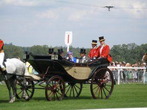 Der Ascot verdankt seinen Namen dem adeligen Pferderennen.