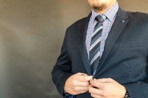 Farben und Muster von Hemd und Krawatte wollen gut gewählt sein.
