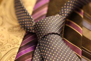 Bei gestreifen, gepunkteten Krawatten etc. gilt, dass man Dresscode beachten muss.
