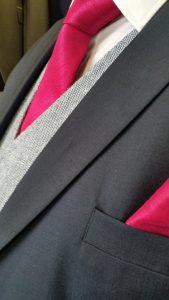 Neben der Krawatte trägt der Mann von Welt auch ein Taschentuch im Jacket.