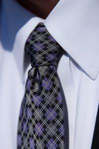 Krawatte wählen, die Krawatte sollt passend zum Outfit gewählt sein.