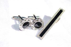 Modische Accessoires für den Mann. Manschettenknöpfe und Krawatennadel, Krawattenklammer sollten nach Möglichkeit eher schlicht gewählt werden. Je schlichter, umso edler wirken sie zum Gesamtoutfit.