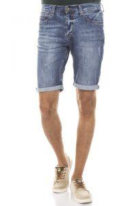 Shorts im Sommer sind nicht nur bequem, sondern auch angesagt.