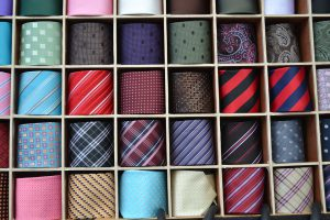 Wie man Krawatten richtig transportiert. Aufgerollt können Krawatten gut gelagert und transportiert werden.