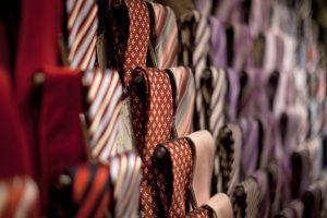 Das Muster der Krawatte sollte richtig gewählt sein.
