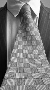 Der Krawattenknoten muss zum Outfit passen.