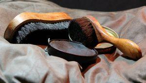 Zur Schuhpflege werden die richtigen Pflegeutensilien benötigt.