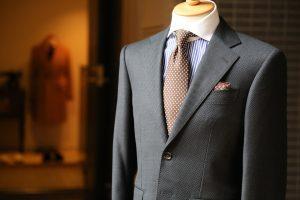 Grau und Blau sind gängige Anzugfarben im Geschäftsleben.