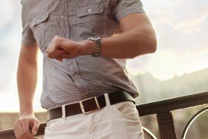 Accessoires wie Uhren und Gürtel sollten richtig ausgewählt werden.